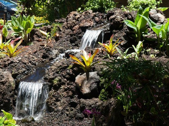 Maui Vista Resort: little waterfall at the entry