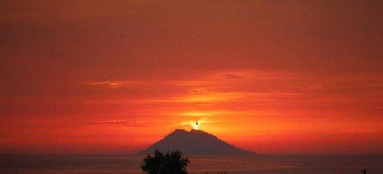 Hotel Resort Tonicello: Stromboli al tramonto visto dal ristorante