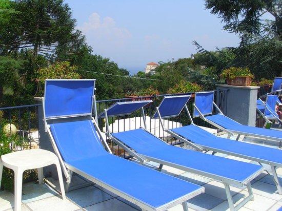 Hotel Metropole: lettini e piscina