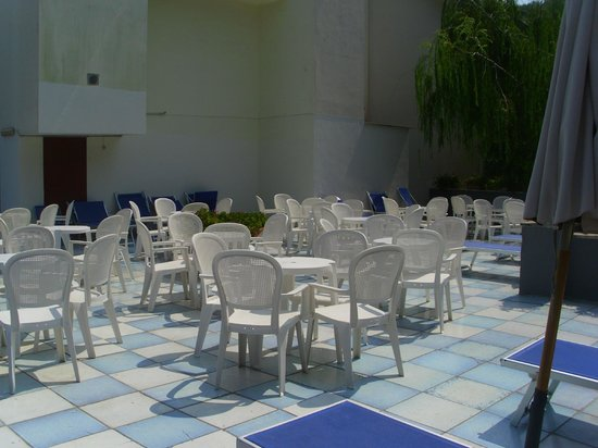 Hotel Metropole: lettini piscina e tavolini
