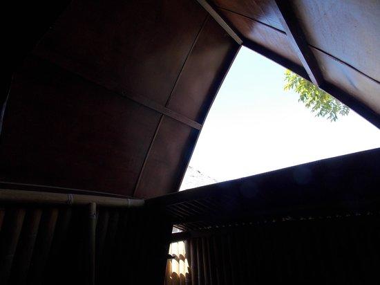 Coral Beach Pizza Cottages : lucernario bagno