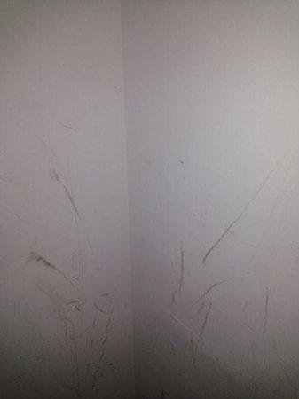 Apartamentos Vistamar Click Benidorm: walls in bedroom...in need of paint
