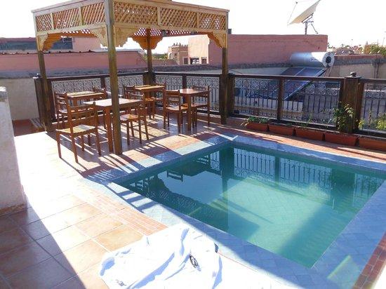 Riad BB Marrakech: Piscine et coin petit déjeuner