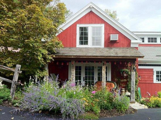 The Barnstead Inn: Sweet porch of the main building