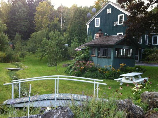 The Barnstead Inn: Guest building and garden