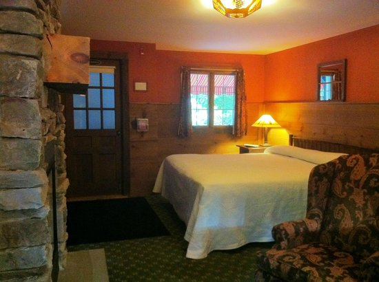 The Barnstead Inn: Spacious and confortable bed
