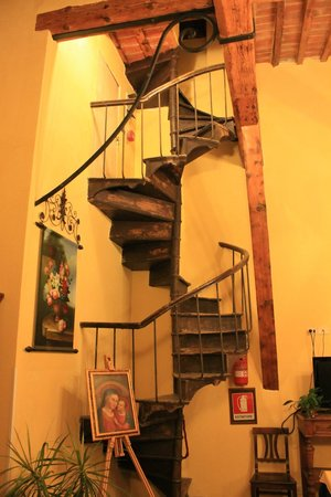 Hotel Merlini: Old stair case in dining room
