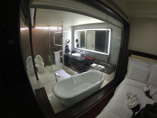 Renaissance Beijing Capital Hotel: Glass wall bathroom