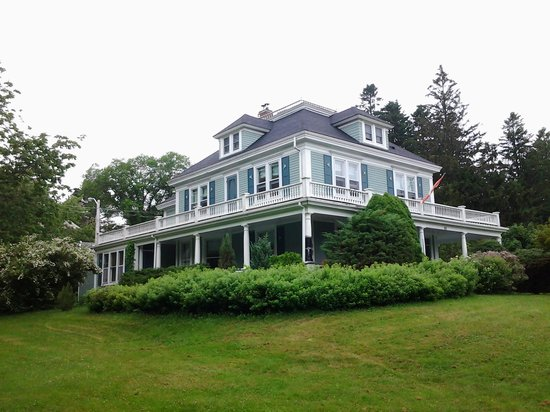 Alicion Bed & Breakfast: Large roomy house on a corner lot