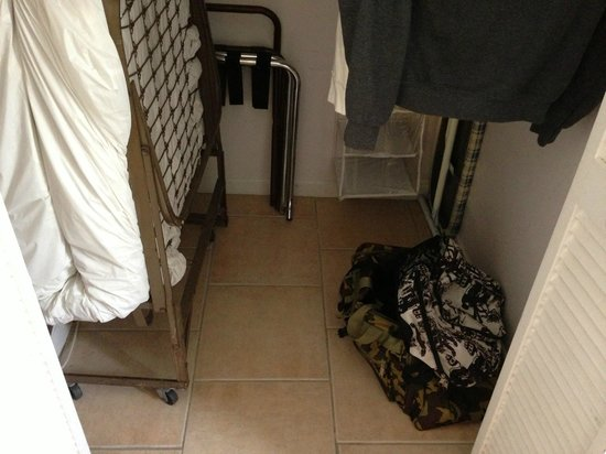 Coral House Hotel: Closet