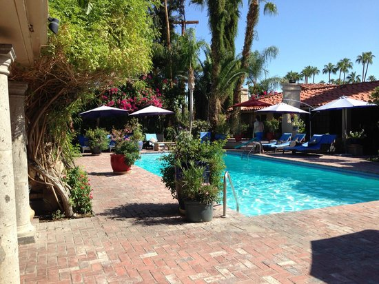 Villa Royale Inn: Larger pool near main entrance