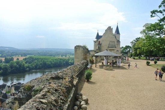 Forteresse royale de Chinon : Cour intérieure du chateau avec vue sur la Vienne
