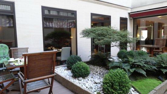 Mercure Paris Opera Garnier: Jardim para o café da manhã