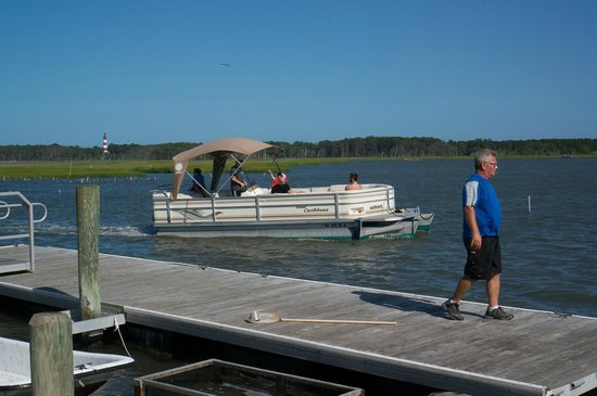 Snug Harbor Marina and Cottages: Boats come here to refuel