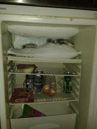 """Hotel Apartamentos Sol Bay : """"nevera-congelador""""/ """"fridge-freezer"""""""