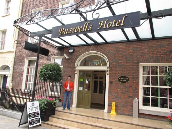 Buswells Hotel: Front Entrance