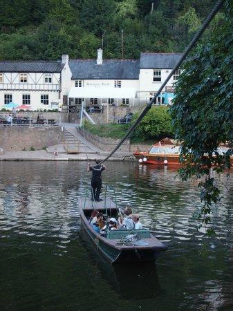 The Saracens Head Inn Restaurant: Saracens Head and chain-ferry across Wye
