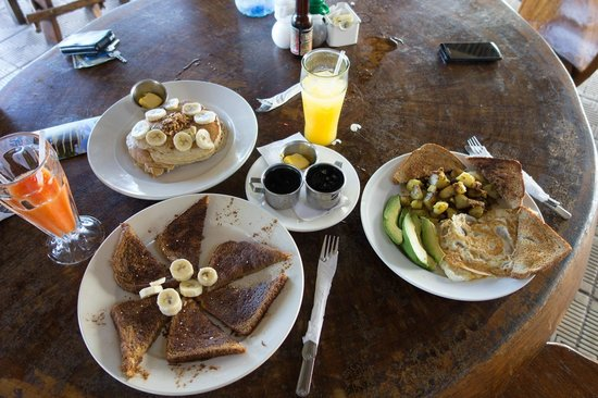 Surf Inn Hermosa: Heavenly breakfast and fresh pineapple juice next door