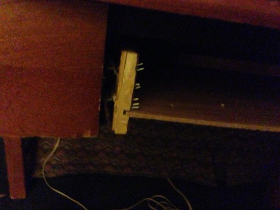 Emerald Inn of Maplewood: The front of the broken desk