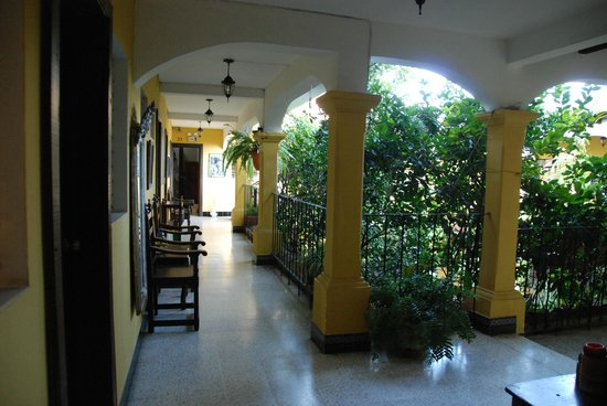 Hotel Posada San Vicente: Hallways - Colonial Spanish style