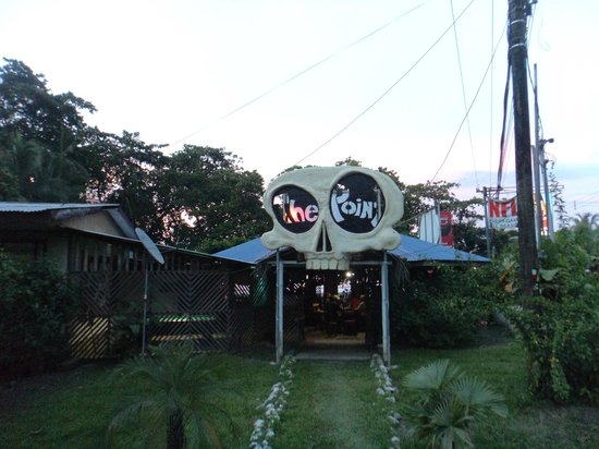 The Point Sports Bar & Grill: La puerta principal. Ame este lugar
