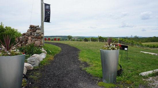 Coffin Ridge Boutique Winery: Entrance Path to Coffin Ridge Winery