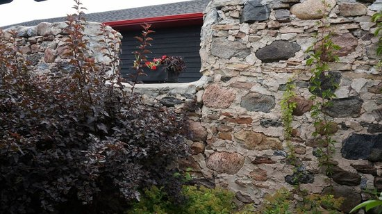 Coffin Ridge Boutique Winery : Stone Wall outside winery