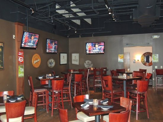 Grandview Tavern: Sports bar area