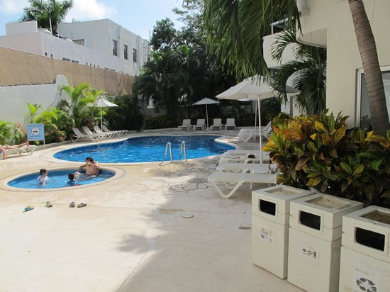 Ramada Cancun City : Pool and Courtyard