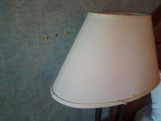 Days Inn Silverthorne: tatttered wallpaper and lamp