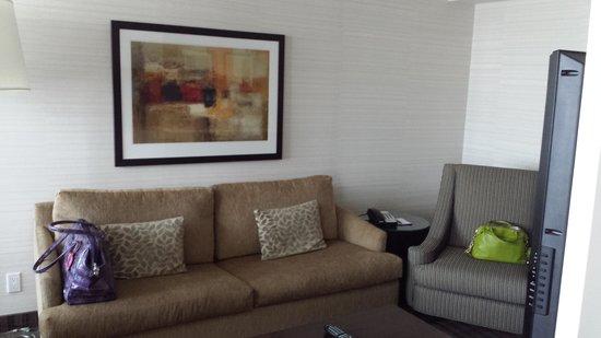 Cambridge Suites Toronto: Sleeper sofa