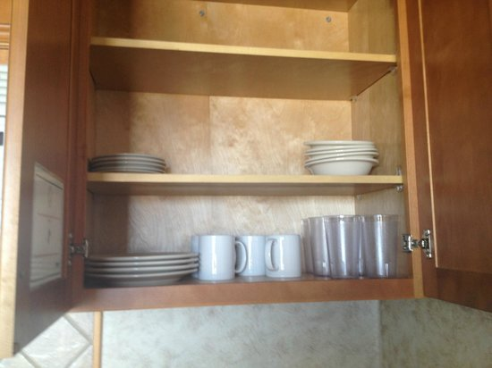 Marjac Suites: plates, cups, mugs