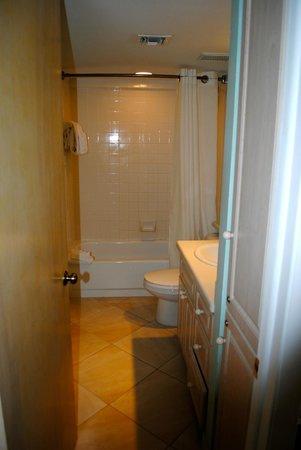 Ocean Pointe Suites at Key Largo: Master bath