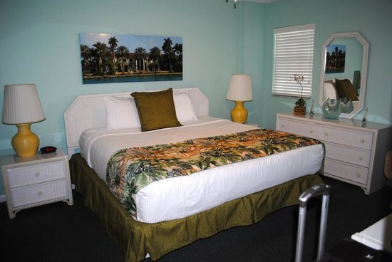 Ocean Pointe Suites at Key Largo: King size bed