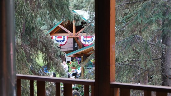The Hutch Bed & Breakfast: View from deck to covered pavillion