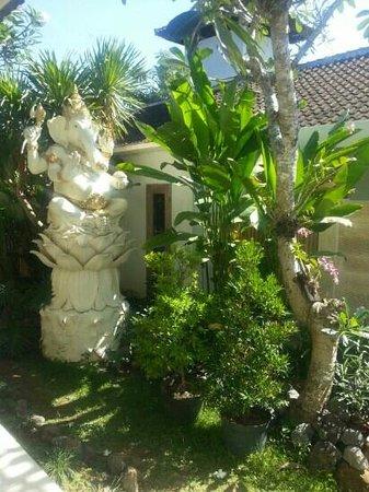 Ivory Resort Seminyak: Garden Statue
