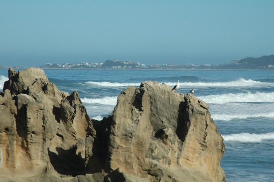 بينتون بيتش هاوس: The beach with view of town