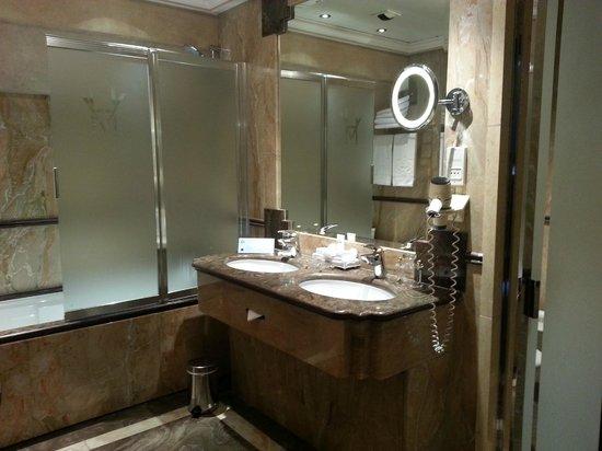 Hotel de Vendome : bathroom