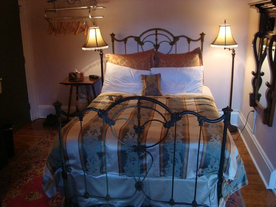 Victorian Heritage Bed and Breakfast: Room with a Dormer Window