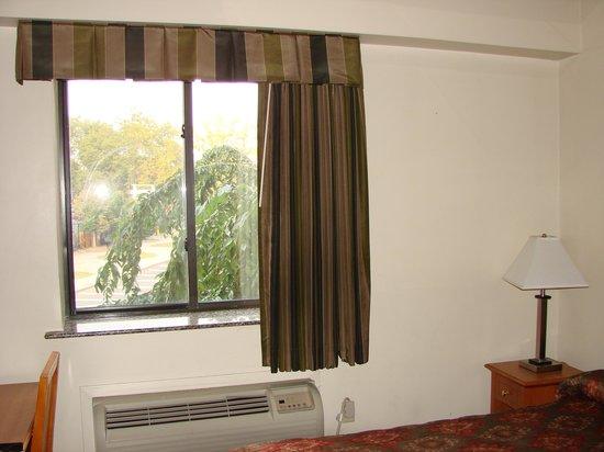 Brooklyn Motor Inn: Air conditioner and window