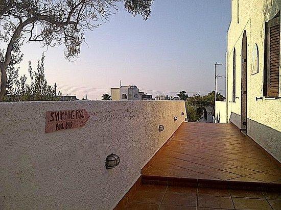 Santa Irini Hotel: walk way to pool/bar