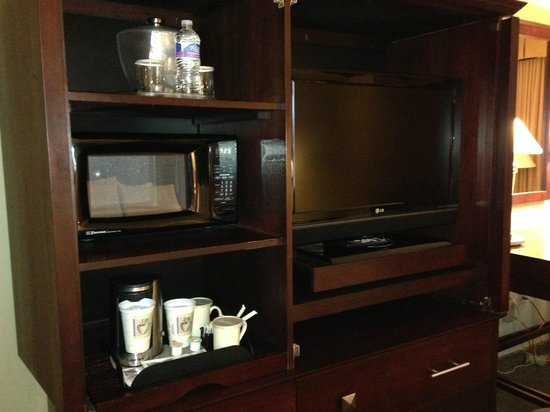 Red Lion Hotel Jacksonville: TV, microwave, and coffe maker