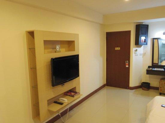 True Siam Phayathai Hotel : テレビなども新しく、広く明るい部屋です。