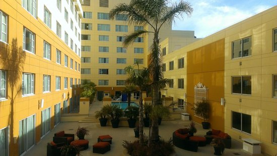 Monterey Marriott: Pool and center courtyard