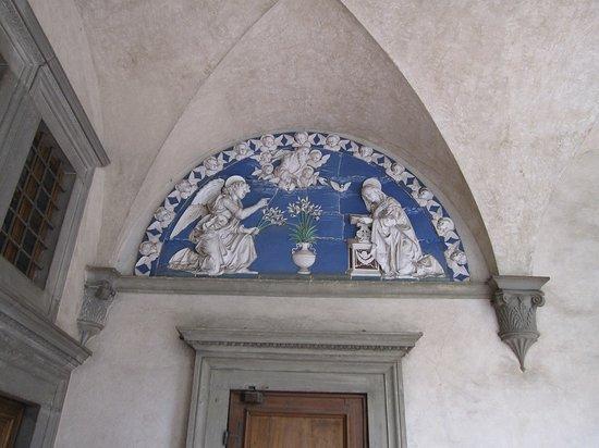 Museo degli Innocenti: 聖母マリアのしるし 百合の花