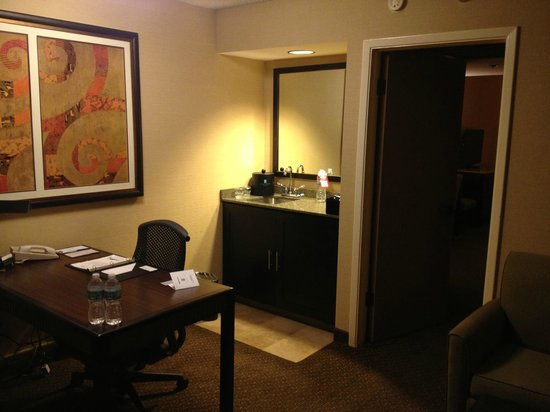 Embassy Suites by Hilton Hotel Phoenix - Tempe: Room