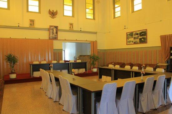 Bukit Menumbing : ruang pertemuan bangunan utama