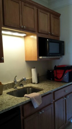 Atlantic Breeze Suites: Kitchenette
