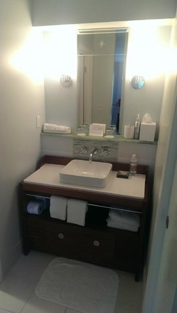 Casa Madrona Hotel and Spa : Bathroom Vanity Area