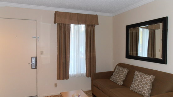 Weathervane Terrace Inn and Suites : living room with dining table